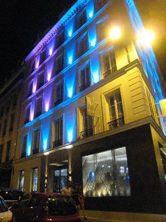 Hôtel Design Secret de Paris : Exterior at night