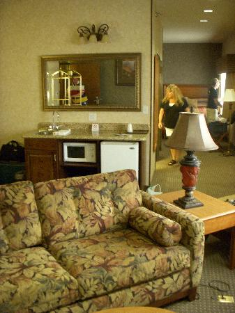 Rushmore Express Inn & Family Suites: Room 238 living room