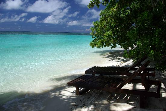 Lankayan Island Dive Resort: Beach in front of our chalet