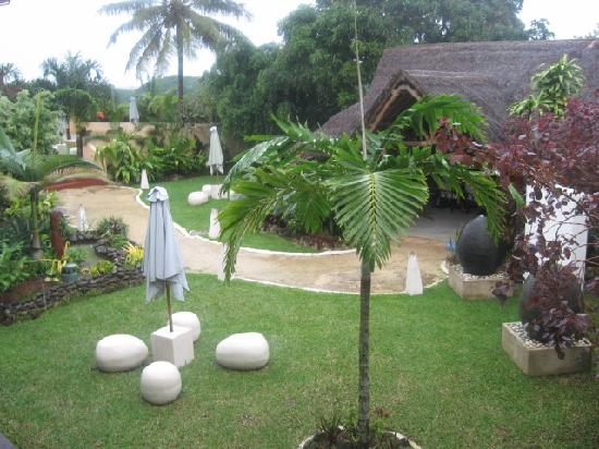 Coconut Palms Resort: garden view from our room