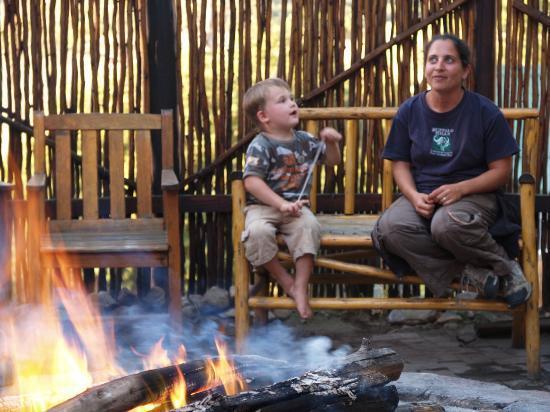 Buffalo Hills Lodge and Safaris: Unser 3jähriger im Gespräch mit einer Angestellten