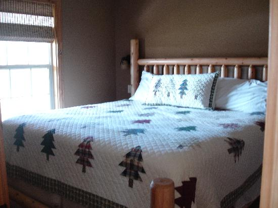 Santa's Lakeside Cottages: Bedroom