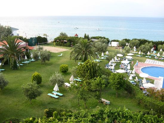 Grecotel Pella Beach: Garden adjacent to pool