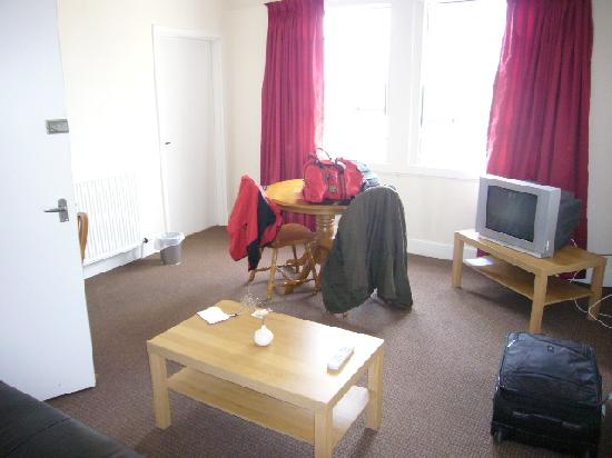 Shandwick Hotel & Apartments: Living room with TV
