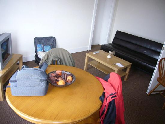 Shandwick Hotel & Apartments: Living room table