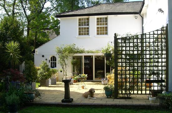 A & A Studley Cottage Bed and Breakfast : Pretty courtyard
