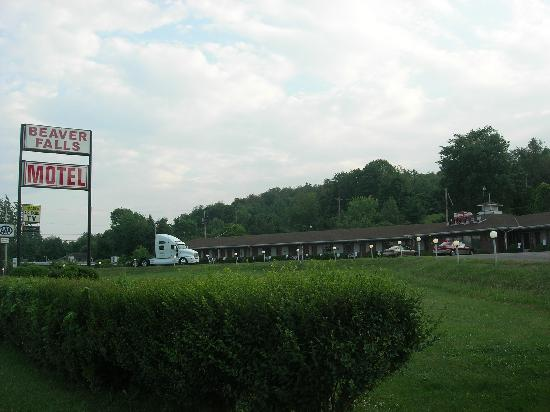Beaver Falls Motel: Motel from highway