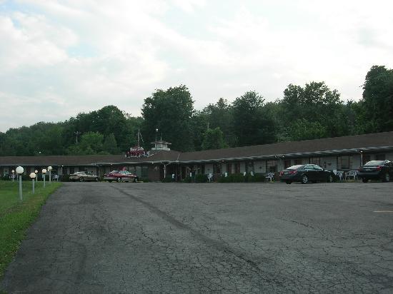 Beaver Falls Motel: Parking