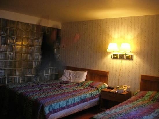 Beaver Falls Motel: Room