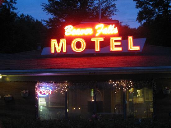 Beaver Falls Motel: Night view