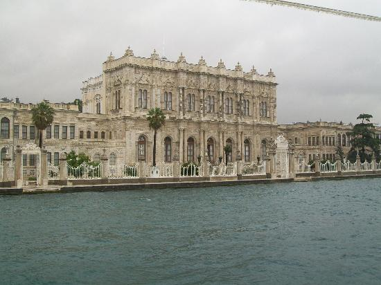 Istanbul, Turkiet: Dolmabahce Palace from the Bosphorus cruise