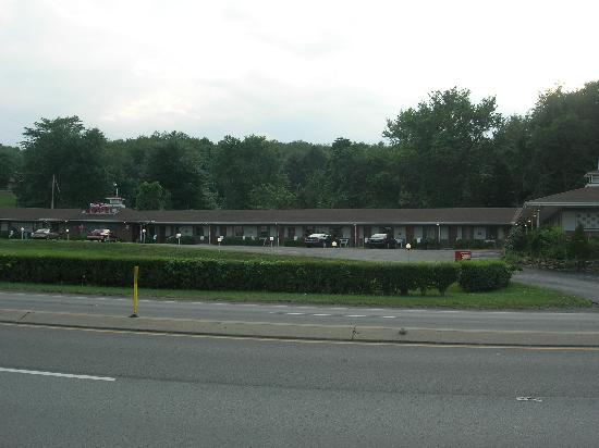 Beaver Falls Motel: View from the mainroad