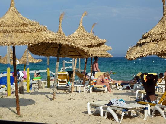 Hotel Almaz : The 'private' hotel beach, broken loungers and two rude 'bartenders' serving only Boga and fanta