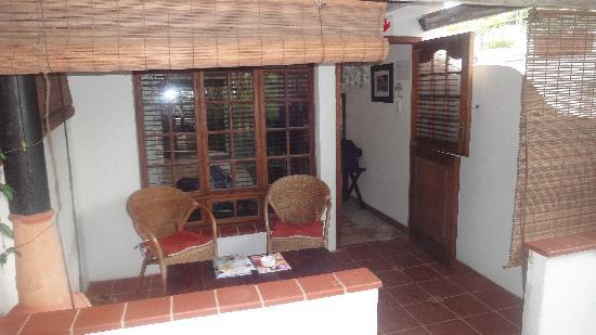 HoneyPot B&B: Terrasse vor dem Zimmer