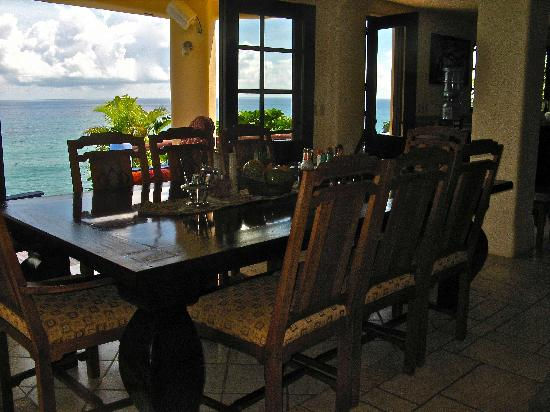 Villa Noche: Dramatic view of ocean from dining table