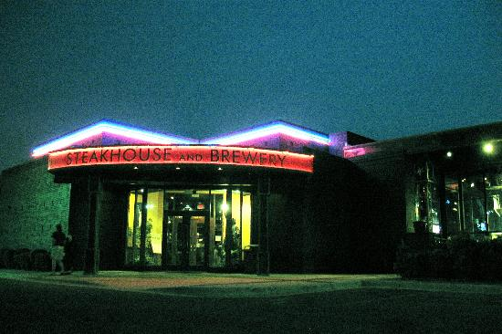 Liberty Brewery & Grill: Exterior at night