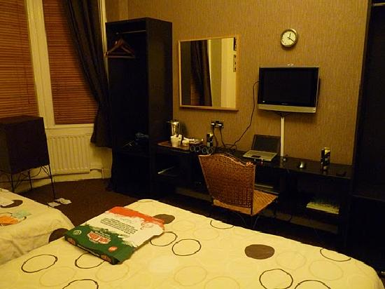 The Chedburgh Hotel: Room 4 - Papa John's on the bed (yummy!)