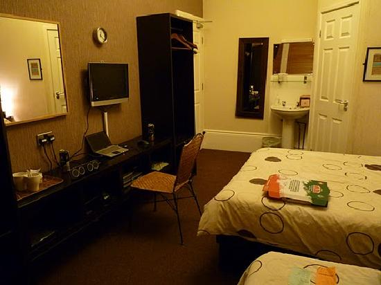 The Chedburgh Hotel: Yep, still room 4 (another view of room)