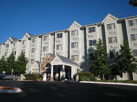 Microtel Inn & Suites by Wyndham Pigeon Forge: Hotel vom Parkplatz