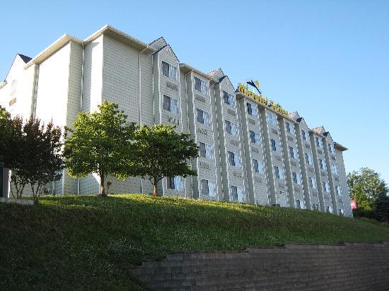 Microtel Inn & Suites by Wyndham Pigeon Forge: Hotel von der Straße