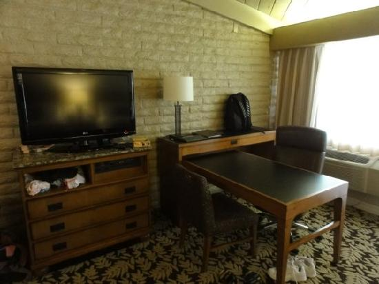 Sycuan Golf Resort : Large desk and flat screen