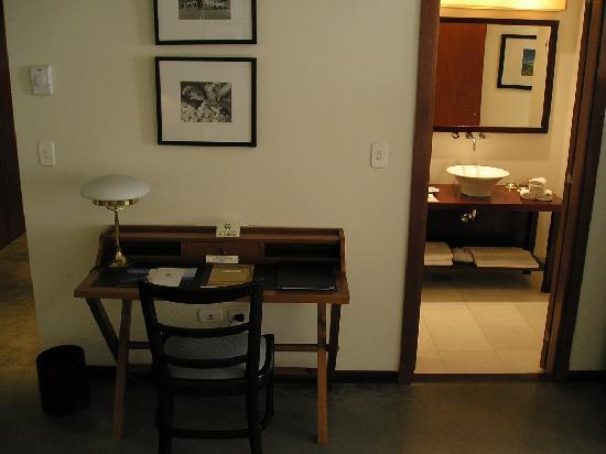 Territorio Hotel: Escritorio y toilette