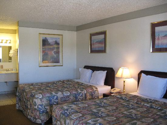 Rodeway Inn Delta: Room with two beds