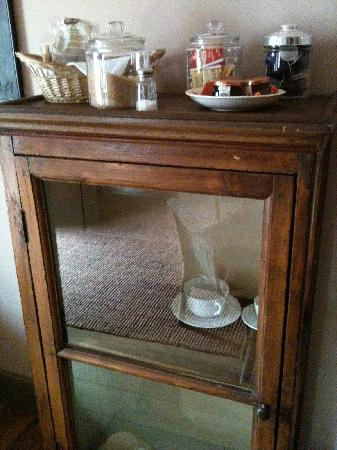 BED and EX: Cabinet with tea bags and cookies