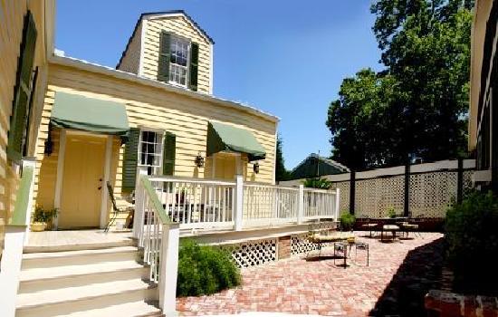 Marcia's Cottages : Elmsley Backyard