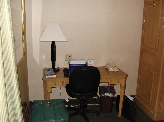LivINN Hotel Cincinnati North / Sharonville: Desk and free wifi