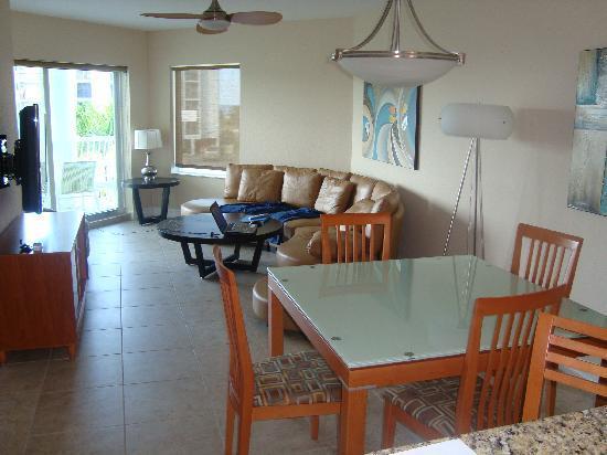 Crystal Palms Beach Resort: Ess- u. Wohnbereich von ca. Mitte des Raumes