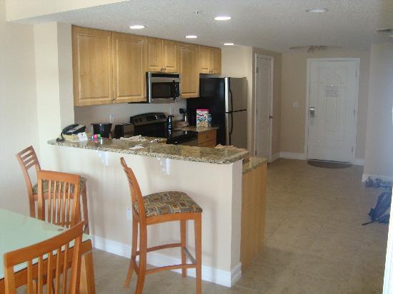 Crystal Palms Beach Resort: Küche und Eingangsbereich. Rechts davon sind die Zimmer