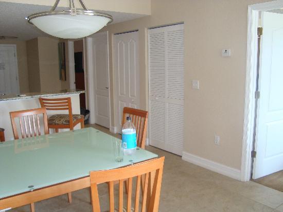 Crystal Palms Beach Resort: v.l.: Schlaf 1 + sep.Tür zum Bad/WC. Abstellschrank. Wasch-/Trockner-Nische, Schlaf 2 mit Balkon