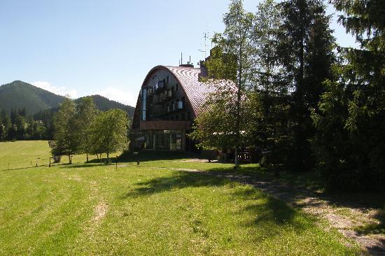 Tatranska Javorina, Eslovaquia: Hotel mit Großer Grünanlage.