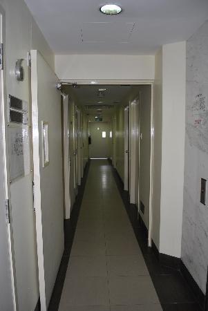 Hotel 81-Bugis: hallway is crammed