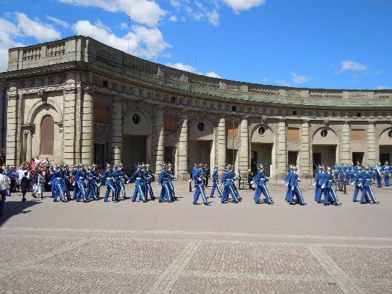 Sztokholm, Szwecja: Wachwechsel am königlichen Schloß nicht verpassen..