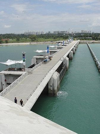 Marina Barrage: Der 300m lange Damm, der die Bay zum Meer hin abschließt