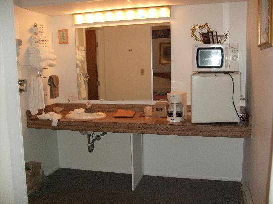 Budget Host Cloverland Motel: Vanity area with fridge, microwave and hairdryer