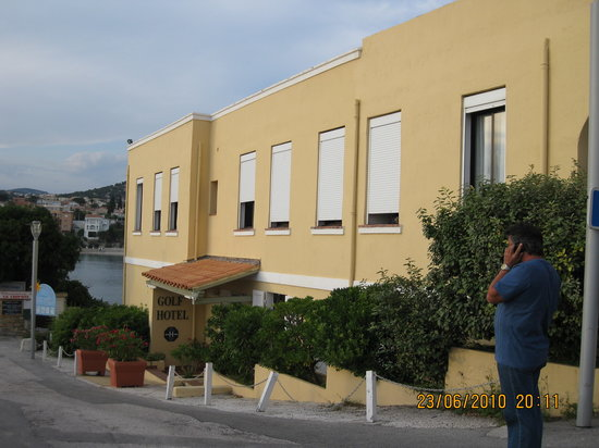 Bandol, Francia: outside of hotel from road