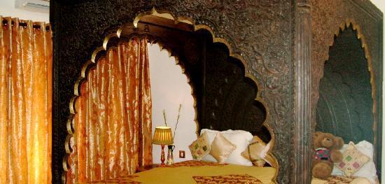 Inn at Delhi: Our bed!