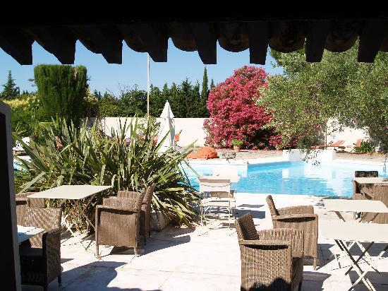Les Aubuns Country Hotel : Pool and terrace area...very soothing!