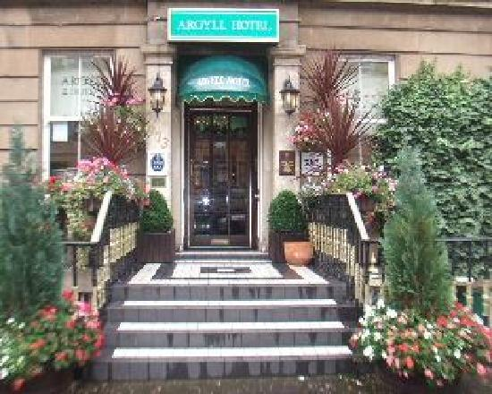 Argyll Hotel: Front of Hotel  - a few of the plants have now been taken away