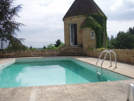 La tour ronde depuis la piscine photo de manoir du - Piscine du mortier ...