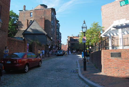 Riccardo's Ristorante: Looking Up the Street from the Restaurant at Paul Revere's house.
