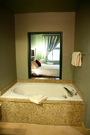 Dimond Center Hotel: Garden Tub