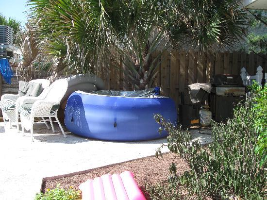 Barrett Beach Bungalows: hot tub