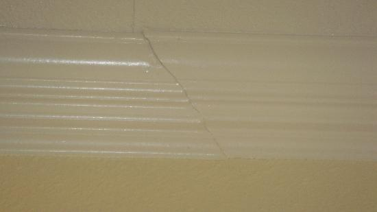 ‪‪Americas Best Value Inn & Suites‬: cracked molding‬