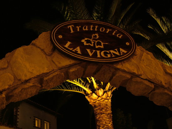 Trattoria La Vigna : Restaurant entrance arc