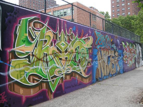 Margot Guest House: Groovy graffiti nearby