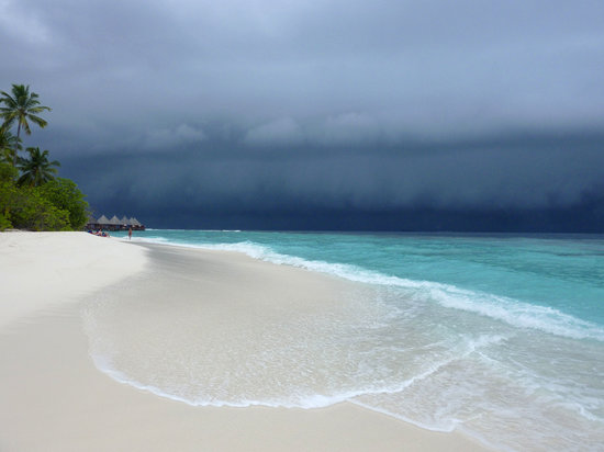 Angaga Island Resort & Spa : There's a storm a brewing!